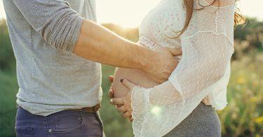 זוג בצילומי הריון זוגיים